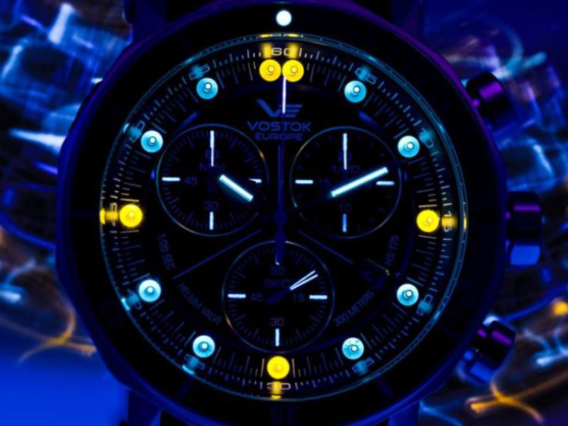 Luminiscencia trícia na cirefníku hodiniek Vostok Europe Lunokhod 2 Grand Chrono
